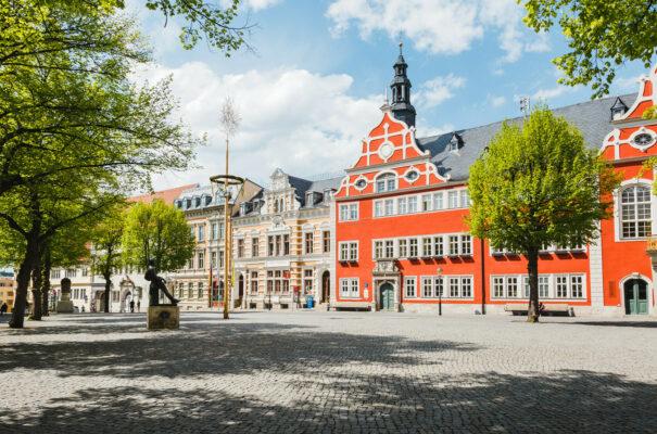 Kommunen in Thüringen (im Bild: Marktplatz und Rathaus von Arnstadt)