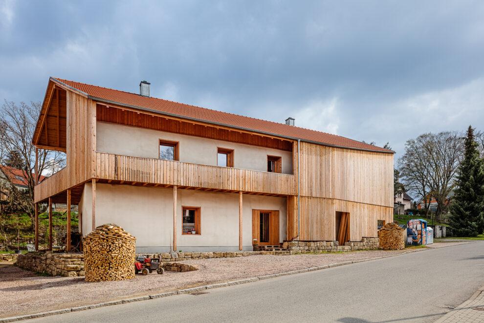 Wohnen im Stroh: Blick von der Straße auf das Haus