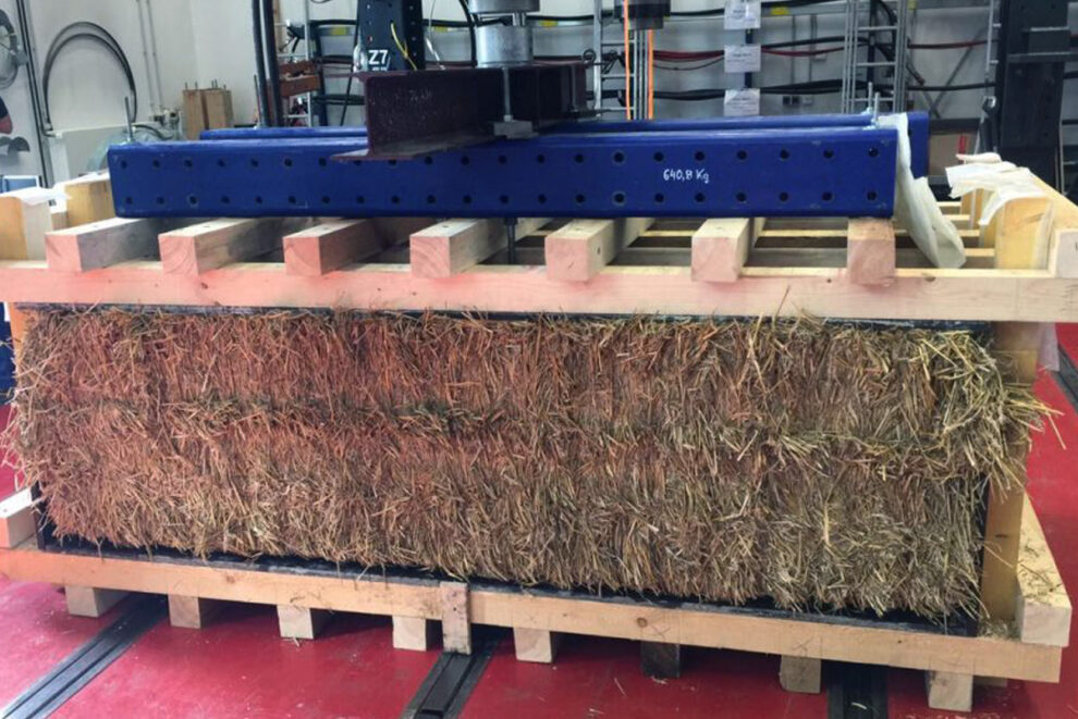 Das Baumaterial: Gepresste Quader aus Heu.