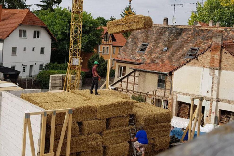 Wohnen im Stroh: Die geschichteten Heuballen vor dem Haus