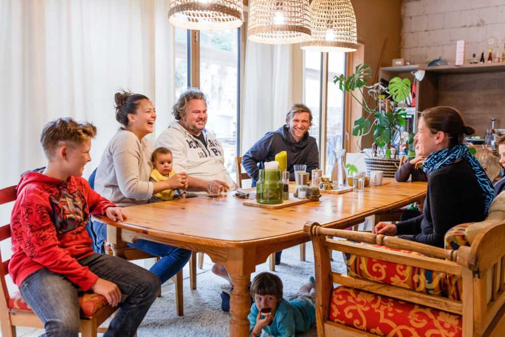 Wohnen im Stroh: Die Familien beim Essen