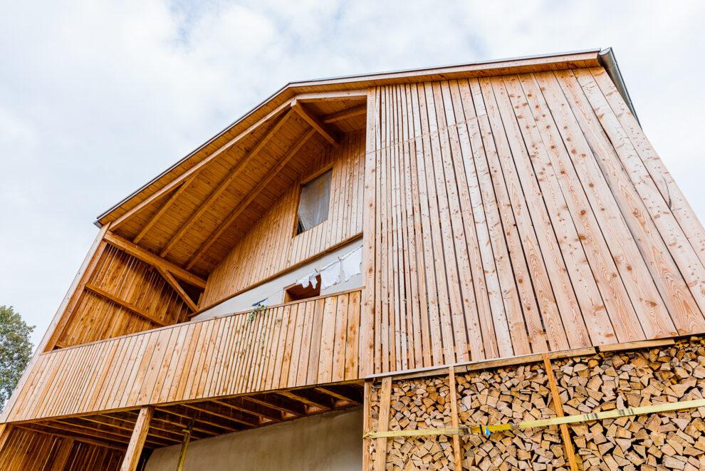 Wohnen im Stroh: Fassadenausschnitt des Hauses